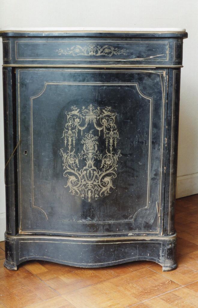 1 Buffet Napoléon III marqueté de laiton sur fond de bois noirci