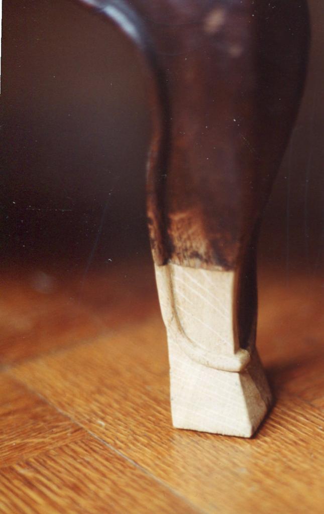1 Greffe sculptée sur le pied d'une commode en chêne